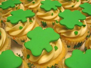 st_patricks_day_cupcakes_by_cupcakes_nouveau.jpg