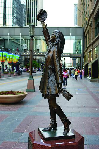 mary_tyler_moore_statue1.jpg