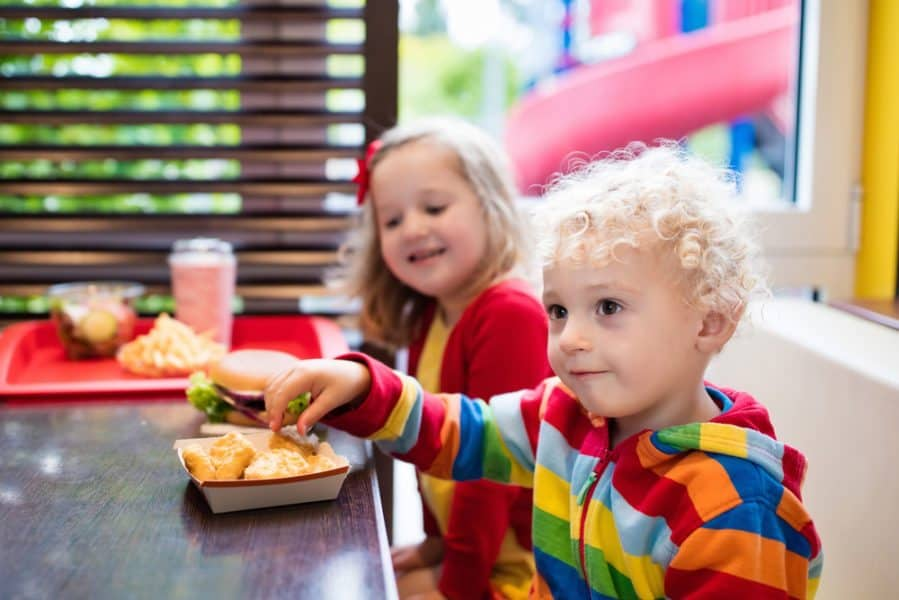 How to Keep Kids Busy and Happy at a Restaurant