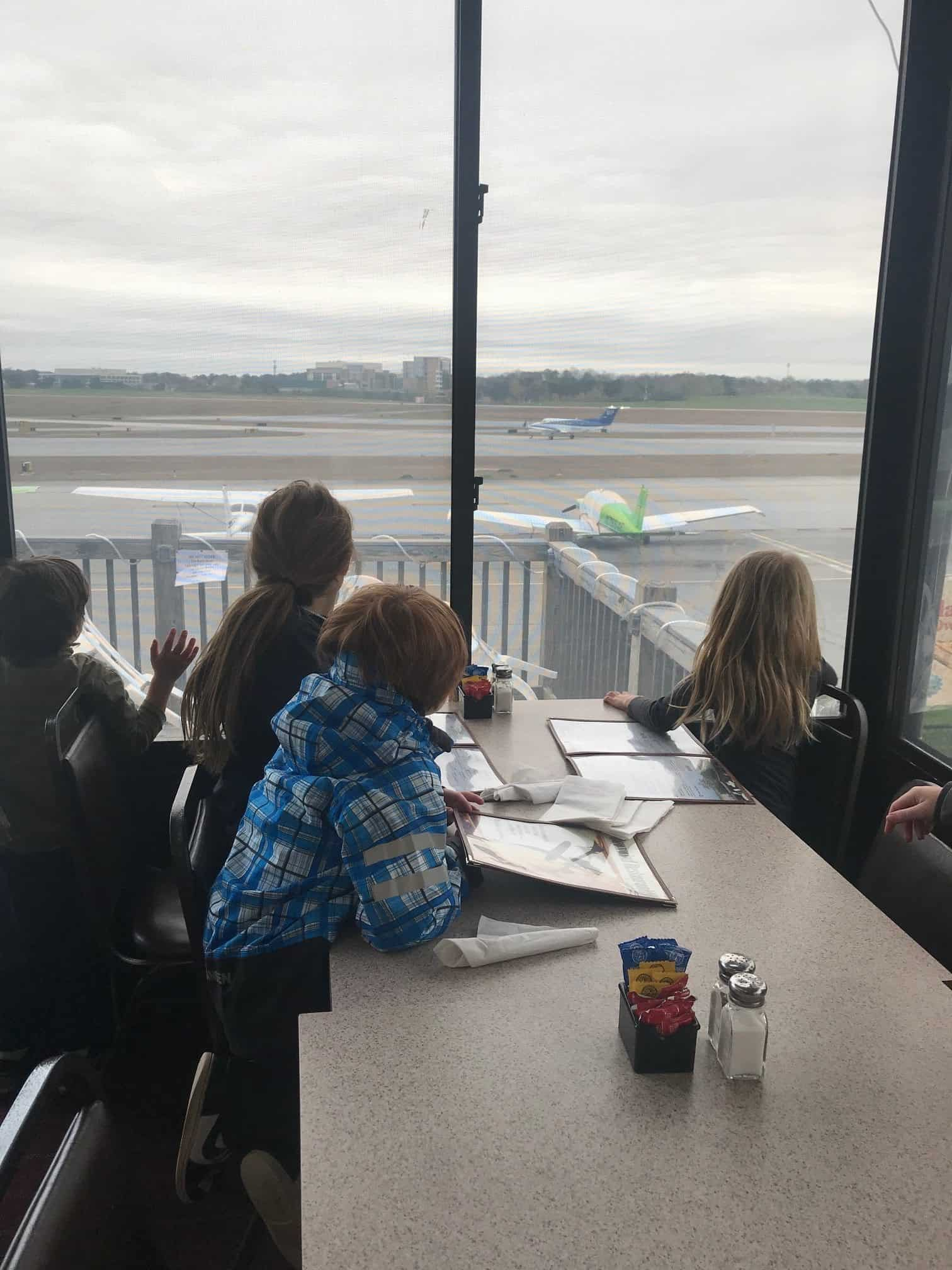 Atlanta's Best Family-Friendly Restaurants: Downwind Restaurant & Lounge #AtlantaRestaurant #KidRestaurantAtlanta #AtlantaTravel #FamilyTravelAtlanta #FamilyTravel