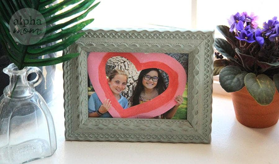 Best Friend Photo Shoot for Friendship Day! by Brenda Ponnay for Alphamom.com #InternationalFriendshipDay #KidFriendship #KidCrafts